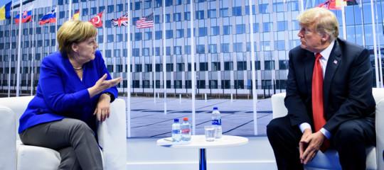 Lo scontro tra Merkele Trumpin apertura del vertice Nato