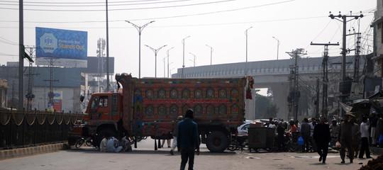 Pakistan: 20 morti in un attacco suicida a un comizio elettorale
