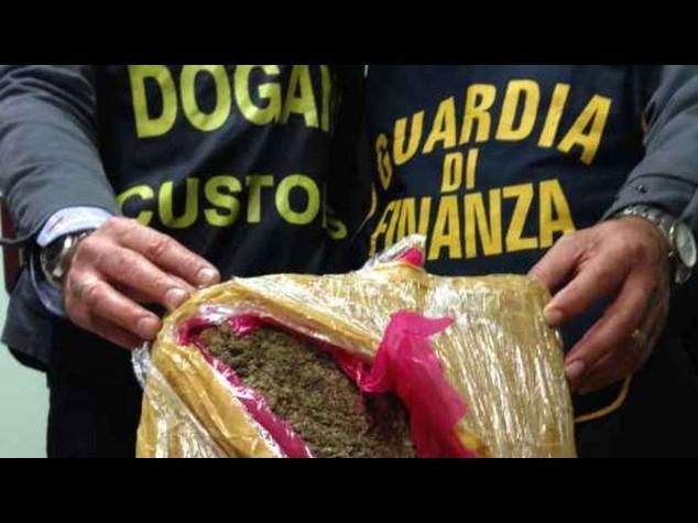 Droga: fanno incidente con motorino, Cc scoprono 1 kg di 'erba'