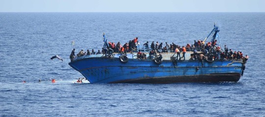 Il barcone con 450 migranti entra in acque Sar italiane, ora si dirigeverso Lampedusa