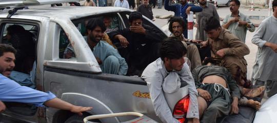 Si aggrava il bilancio dell'attentatoIsisin Pakistan:almeno 128 morti