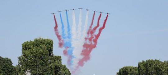 Francia: durante la parata del 14 luglio, tricolore invertito e moto a terra