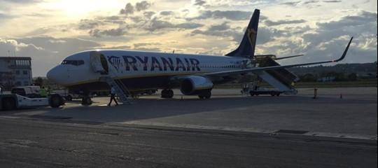 Atterraggio di emergenza per un volo RyanAir dopo una depressurizzazione