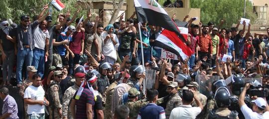 In Iraq violenta protesta in una regione petrolifera: il governo schiera l'esercito, 9 morti