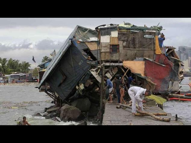 Filippine in ginocchio per il tifone Rammasun, almeno 38 morti