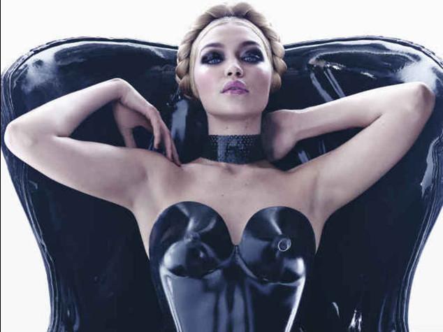 Nel calendario Pirelli c'e' anche una modella curvy - Foto e Video