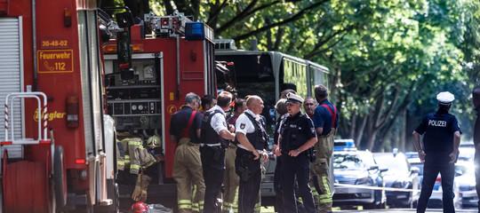 Un uomo ha accoltellato otto persone su un bus diLubecca
