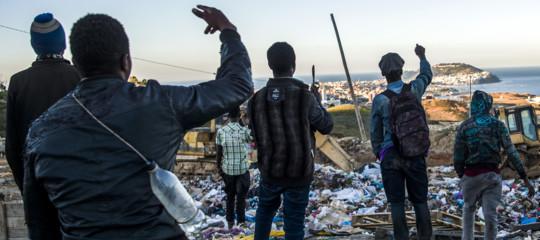 Assalto alla barriera diCeuta, 600 migranti entrano in Spagna