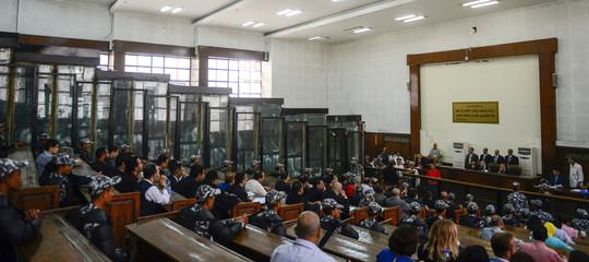 Egitto: 75 condanne a morte in un solo processo, sentenza senza precedenti