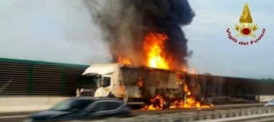 Tir in fiamme sulla A14, chiuso il raccordo autostradale di Bologna