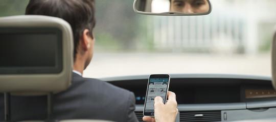 Le distrazioni al volante che possono costarci la vita. Un rapporto