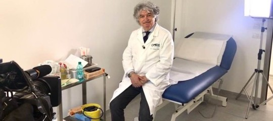 Sui vaccini i medici predicano bene e razzolano male, dice l'oncologoTirelli