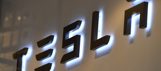 Tesla: investitori fanno causa a Musk dopo i tweet