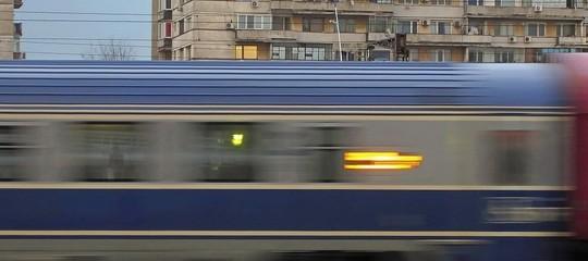 Attraversa binari in motorino, muore travolto da treno a Napoli