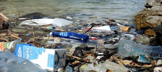 bottiglie plastica gas serra