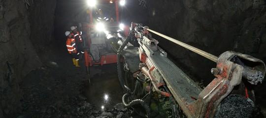 Pakistan: almeno 6 morti e 8 bloccati per un'esplosione in miniera