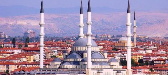 Turchia: lira sopra quota 7 sul dollaro, nuovo minimo record
