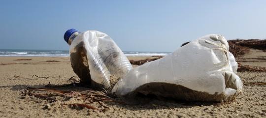 Plastica abbandonata e olio esausto, il vero stato delle nostre spiagge. Un rapporto