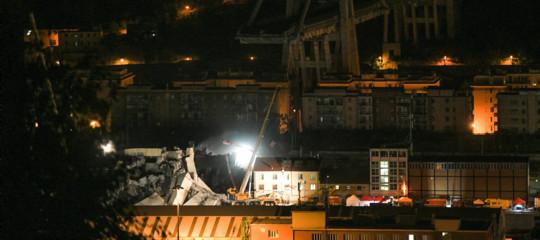 Crollo ponte: notte di scavi, si cerca ancora tra le macerie