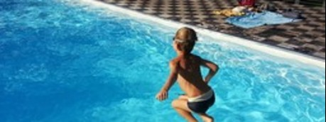 Mentre i genitori guardano lo smartphone, i figli annegano