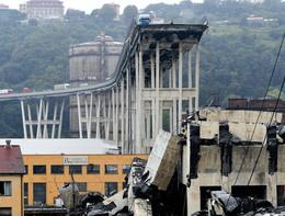 Le prime immagini dopo il crollo del Ponte Morandi