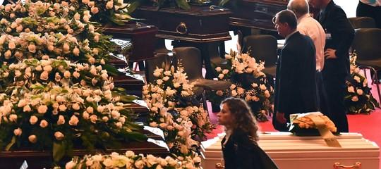 funerali genovavittime bare