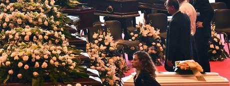 La disposizione delle bare durante i funerali di Genova
