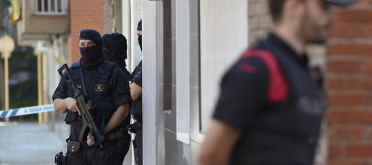 """Spagna: armato attacca polizia gridando """"Allah akbar"""", ucciso"""