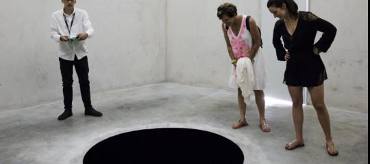 """In Portogallo un italiano è stato inghiottito da un """"buco nero"""" in un museo. Era un'opera d'arte"""