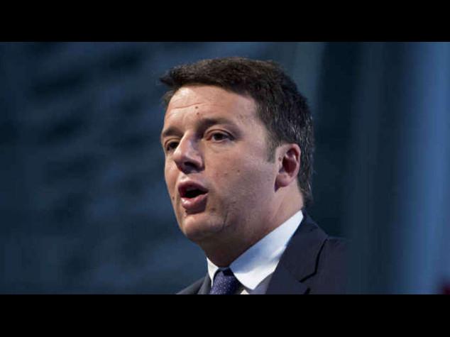 Crisi: Renzi, smettere con lamentazioni. A Bologna contestato dai centri sociali