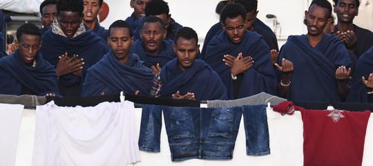 """Migranti: protesta davanti a nave Diciotti, """"ministri assassini"""""""