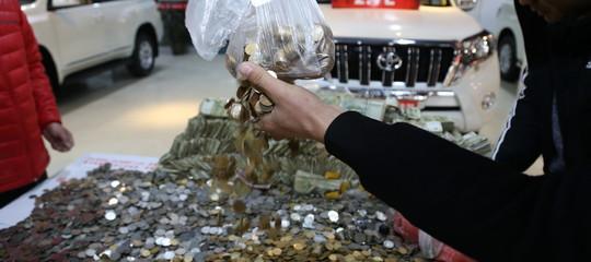 Si presenta in tribunale con una tonnellata di monetine per pagare gli alimenti alla moglie
