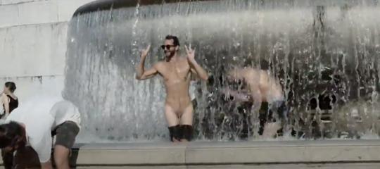 Hanno beccato i turisti del bagno nella fontana dell'Altare della Patria di Roma