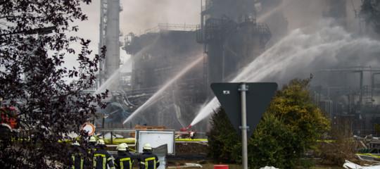 Esplosione e incendio in una raffineria in Baviera, 8 feriti e 1800 evacuati