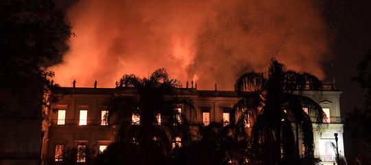 Brasile: incendio devasta il museo di Rio che ospita 20 milioni di reperti archeologici