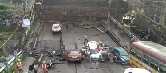 India: crolla un ponte stradale a Calcutta, morti e feriti sotto i piloni
