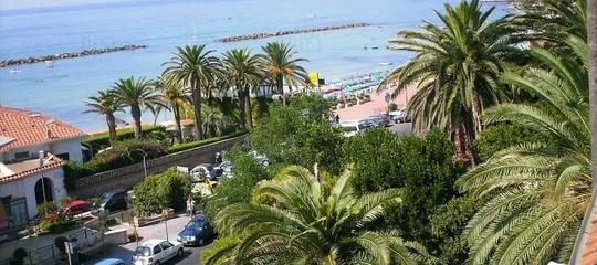 Esplosione fa crollare villino sul litorale romano, un morto a Santa Marinella