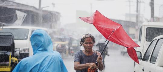 Il tifoneMangkhutsi è abbattuto sulle filippine e minaccia Hong Kong