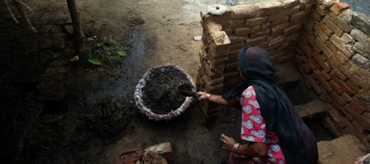 india persone raccolgono escrementi