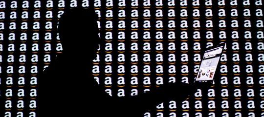 Amazone il caso dei soldi ai dipendenti per cancellare i commenti negativi