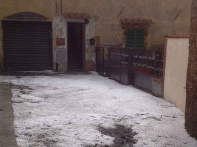 Bomba d'acqua e grandine su Firenze, tromba d'aria in Versilia
