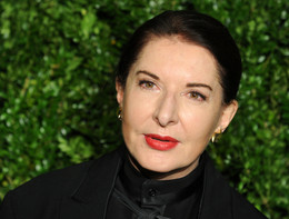 Un uomo ha spaccato un quadro in testa a Marina Abramovic