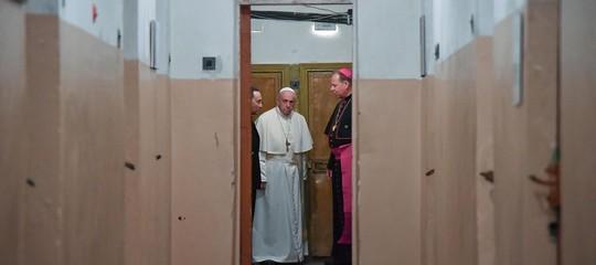 Il Papa si commuove visitando le celle dei torturati diVilnius