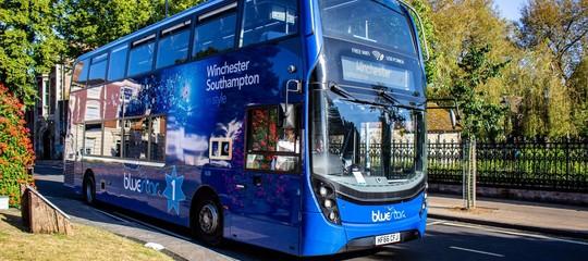 Come funziona l'autobus che pulisce l'aria inquinata mentre gira per la città