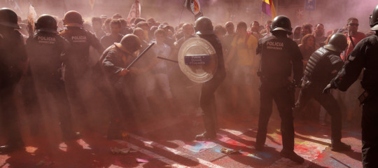 Catalogna scontri Barcellona indipendentisti polizia