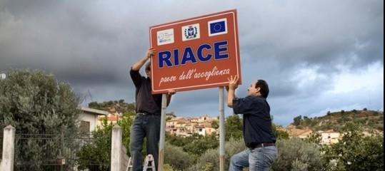 Storia breve di Domenico Lucano e del Modello Riace, la via alternativa per i migranti finita sotto accusa