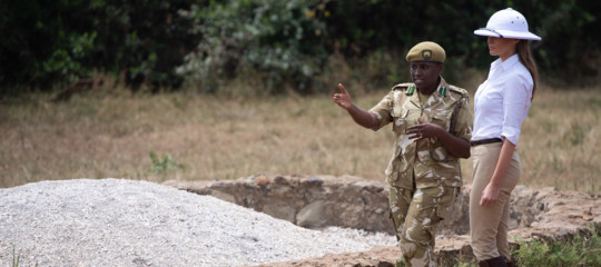 Le foto di Melania con l'elmetto coloniale che hanno fatto arrabbiare molti in Africa