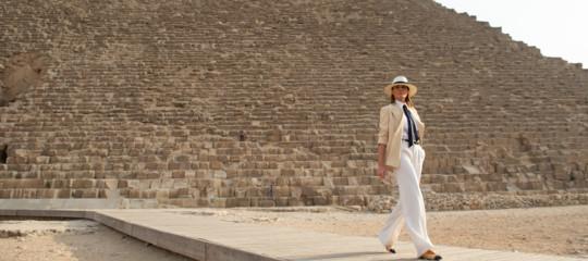 Giacca, cravatta e pantaloni. In Egitto MelaniaTrumpopta per un look androgino