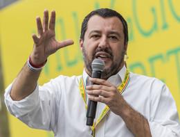 """Salvini: """"Va bene il dissenso ma chi tira bombe vada in galera"""""""