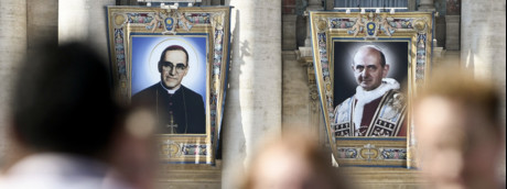 La folla assiste in piazza San Pietro alla canonizzazione di Paolo VI e Monsignor Romero